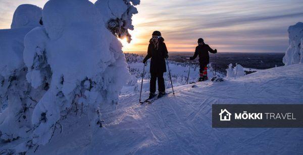 Twee mensen skiën in Lapland