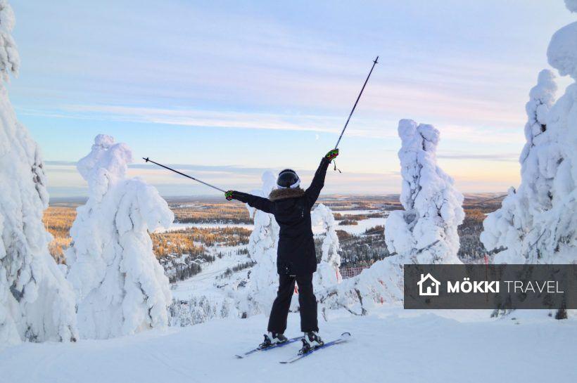 Vrouw met skistokken in Lapland