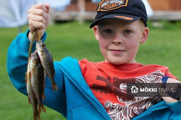 jongen met vis in ruka