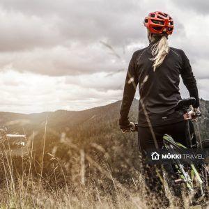 vrouw op mountainbike in ruka